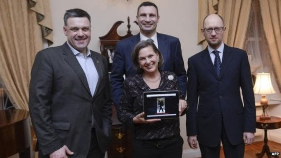 Victoria Nuland with leader of the Neo-Nazi Svoboda Part (left)