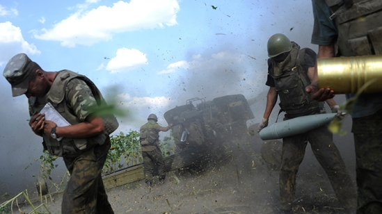 Ukrainian servicemen, who are members of an artillery section, take cover after firing a cannon during a military operation near Pervomaisk, Luhansk region August 2, 2014 (Reuters / Maks Levin)