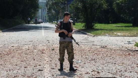 A militia soldier near a residential building in the center of Donetsk, hit by the shelling of the Ukrainian Army.