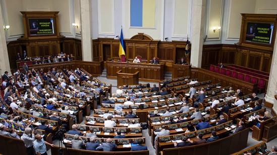 Ukrainian parliament members attend a session in Kiev (Reuters / Andrew Kravchenko)