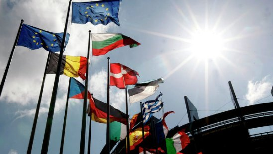 The European Union has delayed the implementation of a new round of sanctions against Russia pending talks on their possible suspension if the current ceasefire in eastern Ukraine holds.