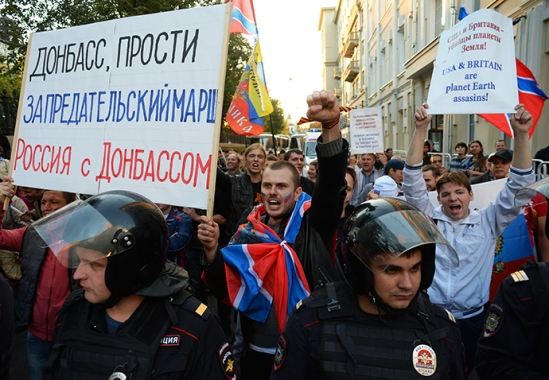 The march traditionally gathered all sorts of opposition groups, with banners of far-right organizations and gay pride flags also noticed in the crowd.