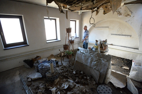 A local resident in a house destroyed in the Ukrainian army's artillery attack on Lugansk on July 16, 2014. (RIA Novosti / Mikhail Voskresenskiy)