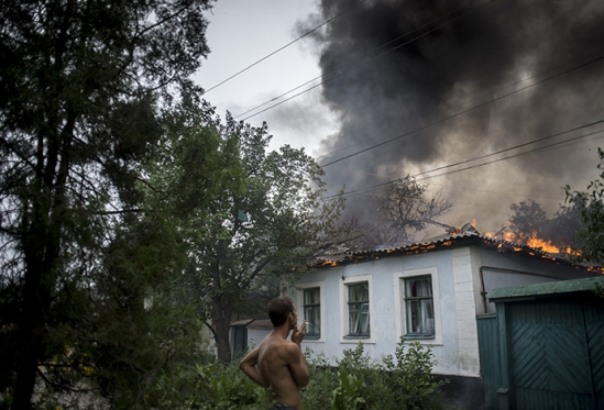 A burning residential house after an artillery bombardment of the city on July 18, 2014. (RIA Novosti / Valeriy Melnikov)