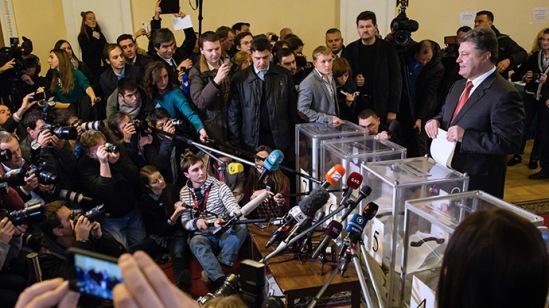 Ukrainian President Petro Poroshenko holds ballots at a polling station in Kiev (Mikhail Palinchak/ RIA Novosti)