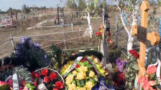 The burial site near the village of Nyzhnia Krynka, 35 kilometers north-east of the city of Donetsk (screenshot from RT video)