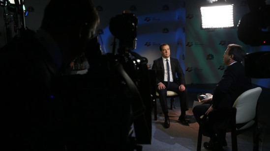 Prime Minister Dmitry Medvedev, left, gives interview to CNBS in Moscow. Right: journalist Geoff Cutmore.(RIA Novosti / Ekaterina Shtukina)