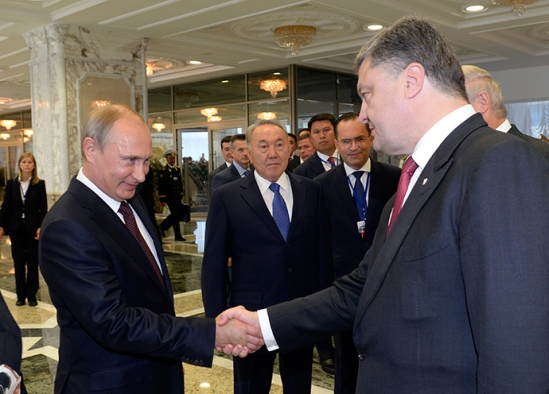Russian President Vladimir Putin (L) shakes hands with his Ukrainian counterpart Petro Poroshenko in Minsk August 26, 2014 (Reuters / Sergey Bondarenko)