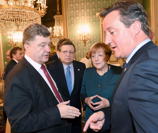 (L to R) Ukraine's President Petro Poroshenko, EU Commission President Jose Manuel Barroso, German Chancellor Angela Merkel and Britain's Prime Minister David Cameron talk during a meeting on the sidelines of a Europe-Asia summit (ASEM) in Milan October 17, 2014. REUTERS/Daniel Dal Zennaro/Pool (ITALY - Tags: POLITICS) - RTR4AJ1R