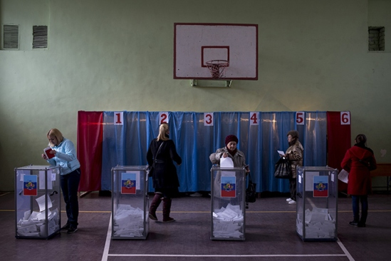 Luhansk residents cast their votes at a polling station during the elections for the head and the People's Council of the Luhansk People's Republic (Reuters / Valery Melnikov)