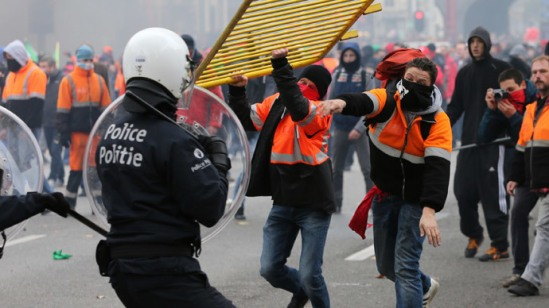 Demonstrators confront riot police during clashes in central Brussels November 6, 2014.(Reuters / Francois Lenoi)