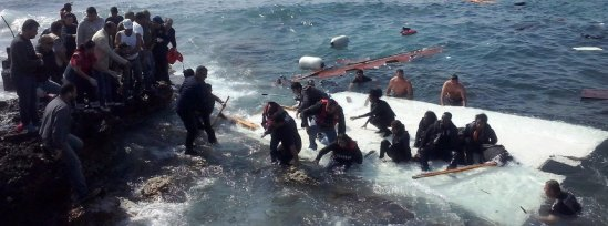 Ship with large number of undocumented migrants runs aground at R