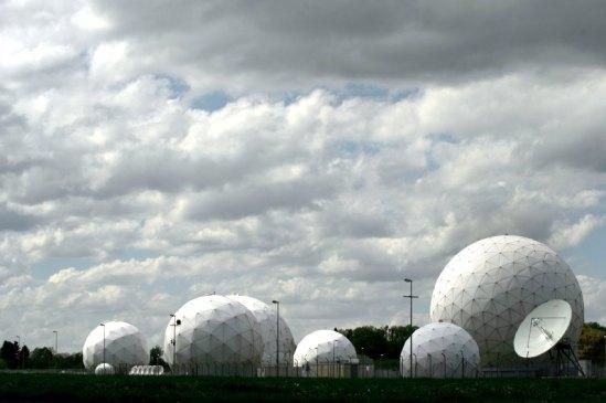 Radarkuppeln stehen am 07.05.2015 in Bad Aibling (Bayern) auf dem Gelâ°nde der AbhËrstation des Bundesnachrichtendienstes (BND). Die Dienststelle sei weder f¸r die â¹berpr¸fung der US-Suchkriterien noch f¸r die Sichtung der Treffer zustâ°ndig, sagte der Dienststellenleiter am Donnerstag vor dem NSA-Untersuchungsausschuss des Bundestages. Foto: Angelika Warmuth/dpa +++(c) dpa - Bildfunk+++