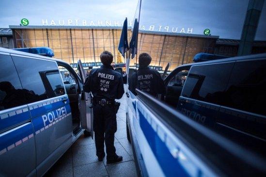 Ein Polizist steht am 10.01.2016 in Köln (Nordrhein-Westfalen) vor dem Hauptbahnhof. Nach den sexuellen Übergriffen auf Frauen in der Silvesternacht verstärkt die Polizei die Präsenz am Hauptbahnhof. Foto: Maja Hitij/dpa +++(c) dpa - Bildfunk+++