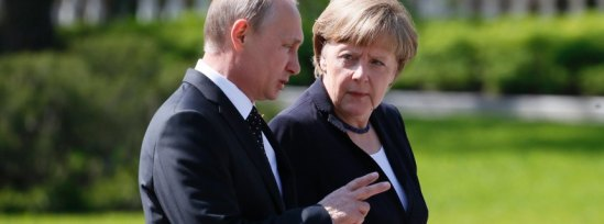 epa04741424 German Chancellor Angela Merkel (R) and Russian President Vladimir Putin (L) meet for a wreath-laying ceremony at the Tomb of the Unknown Soldier in Moscow, Russia, 10 May 2015. Russia continues to celebrate the 70th anniversary of the victory of the Soviet Union and its Allies over Nazi Germany in WWII, with Angela Merkel arriving in Moscow to commemorate the victims of the war, even as other world leaders chose to stay away for the massive victory parade 09 May. EPA/SERGEI CHIRIKOV +++(c) dpa - Bildfunk+++